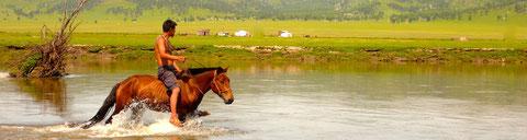 Rivières mongoles à La région du Khentii à cheval