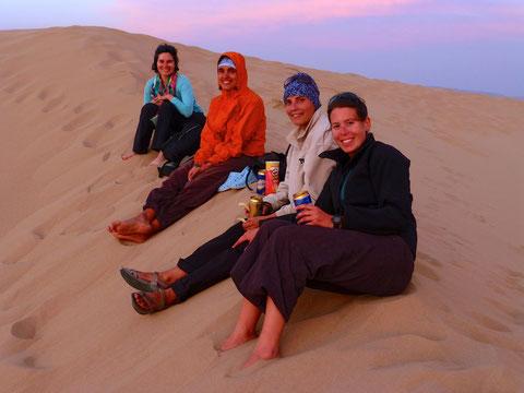 Après les grosses chaleurs pause en soirée les pieds dans le sable du Gobi