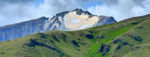 Les pics recouverts de glace des monts de l'Otgontenger