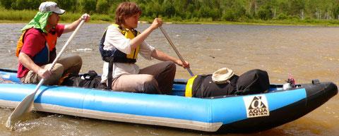 Canoe-raft descente avec gilet de sauvetage, équipement et nourriture