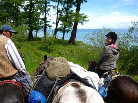 A cheval sur les berges du lac Khovsgol en Mongolie