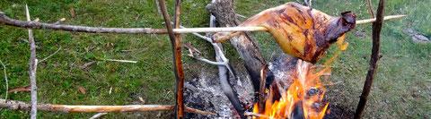 Repas en bivouac en Mongolie, gigot de montou grillé bonne appétit !!