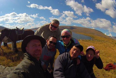 Groupe à cheval 4 pers Mongolie pause d'altitude au lac