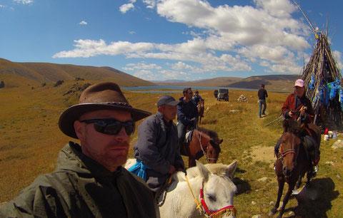 Christophe prêt à chasser le crime au commande de son cheval en Mongolie