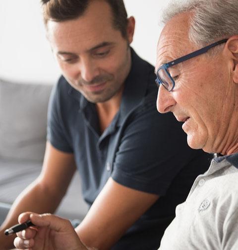 Un monsieur âgé demande l'avis de son soignant