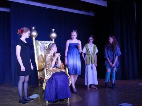 Die Königin von Ninive hält Audienz