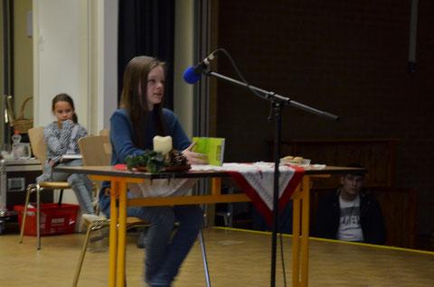 Schulsiegerin Francys-Joy Oesterhaus liest sich zum Sieg