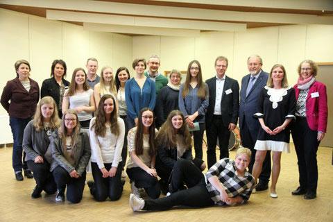 Die Teilnehmerinnen und Teilnehmer der Facharbeitsmesse mit ihren Tutorinnen und Tutoren, der Jury sowie den Oganisatoren