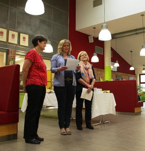 Die Fördervereinsvorsitzende Meike Hesse und die Geschäftsführerin der Mensa Ggmbh Elisabeth Rieger halten eine Laudatio auf Monika Broge