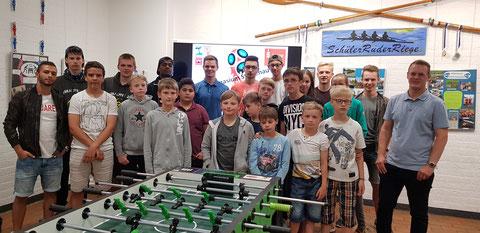 Die Teilnehmer der zweiten Kicker WM rund um Herrn Sales