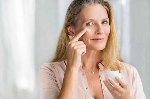 Frau mit langen Haaren verwendet Argireline Creme