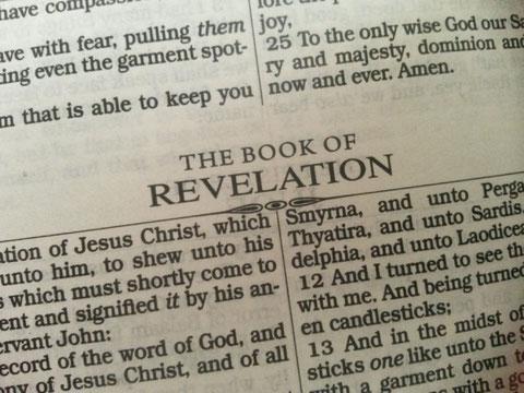 Le dernier verset du chapitre 1 de l'Apocalypse, répète à de nombreuses reprises le nombre 7, nombre symbolique très important et chargé de sens dans la Bible. Les 7 étoiles, les 7 anges, les 7 chandeliers, les 7 églises.