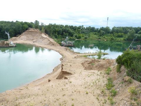 Beginn der Auskiesung am Damm - die Verbindung der Seen wird Wirklichkeit