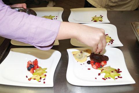 Schokoravioli gefüllt mit einer Mandelricottafüllung und frischen Früchten in einer Vanillesauce