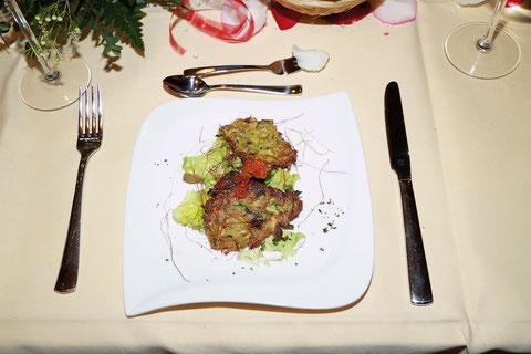 Zucchinireibekuchen auf Salat mit Creme fraiche und Lachscaviar