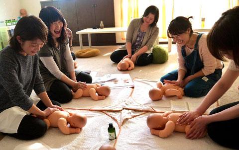 札幌市中央区にあるHOCORUが開催するベビマセラピスト養成講座の実技風景です。