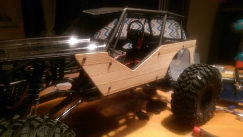 (3) Erste Montage der Seitenteile am Chassis