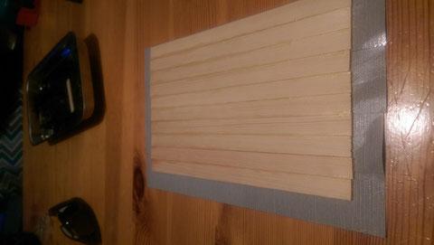 (7) Erneutes zusammenkleben von Holzleisten für die Motorhaube und das Dach.