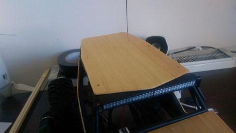 (8) Übertragen der Maße des Daches auf die Holzplatte und aussägen des Daches.