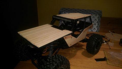 (10) Einpassen und anzeichnen der Motorhaubenform von der Unterseite auf die Holzplatte. Anschließend wird die Motorhaube ausgesägt.