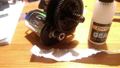 Einrichten des Motor mit dem Hauptzahnrad. Abstandstest zwischen Motorritzl und Hauptzahnrad mit einem Blatt Papier überprüft. Gemschmiert wurde wieder mit Dryfluid Gear Lube