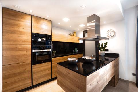 重厚で高級感あるキッチンのイメージ