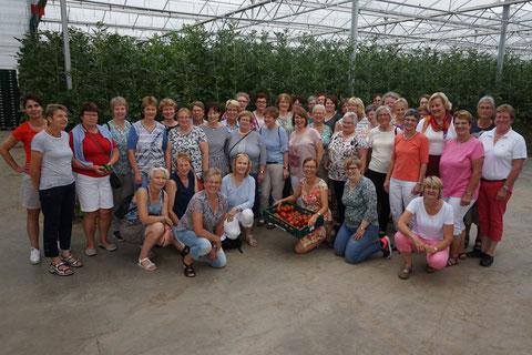 Die begeisterten Landfrauen mit Heike Fehmel (Bildmitte mit den Tomaten)
