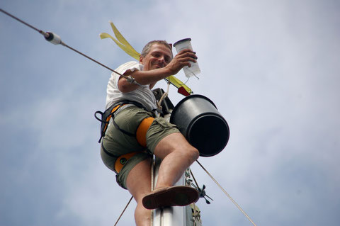 Andi hasst es: Arbeiten in luftiger Höhe bei unruhigem Wasser.....   Hier korrodierte Kabel am Ankerlicht in fast 20m Höhe