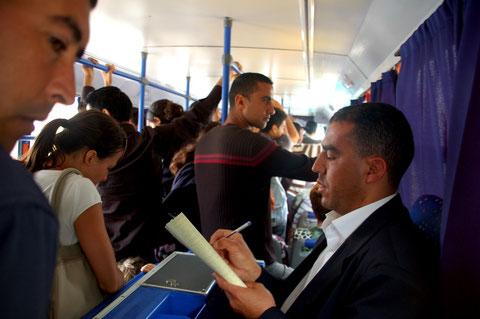 Die Fahrt mit dem öffentlichen Bus kostet nur einen Bruchteil  von dem was ein Taxi kosten würde,..... ist ein echtes Erlebnis......