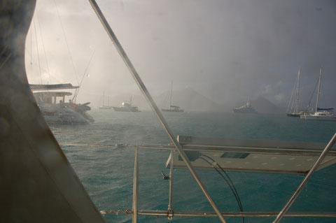 Die Squalls machen auch vor dieser Insel nicht Halt. Es regnet kurz und ergiebig..