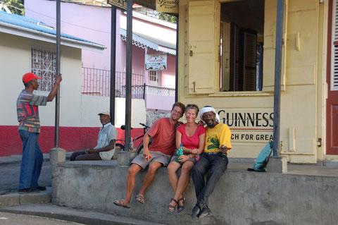 At the Bar: Ganz karibisch sitzt man an der frischen Luft und kommt mit den Cariben ins Gespräch. Bei Piton-Bier und gutem Reggae, zusammen mit Basti von der SY-MAMITI