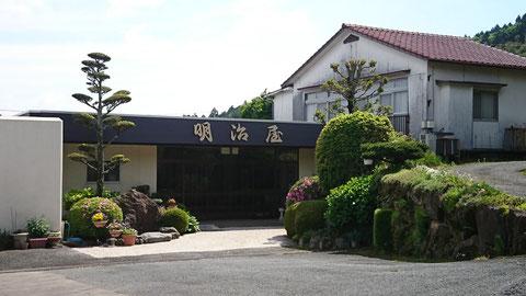 目的地の旅館明治屋。一昨年まで使ってた荒田屋旅館のひとつ手前。ここまでの坂がとってもキツいんです!(別の日に撮影)