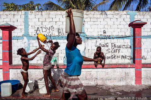Port-au-Prince, Haïti - 15 janvier 2013. Approvisionnement d'eau dans le bidonville de Cité Soleil, un quartier de Port-au-Prince réputé pour sa dangerosité. © Corentin Fohlen