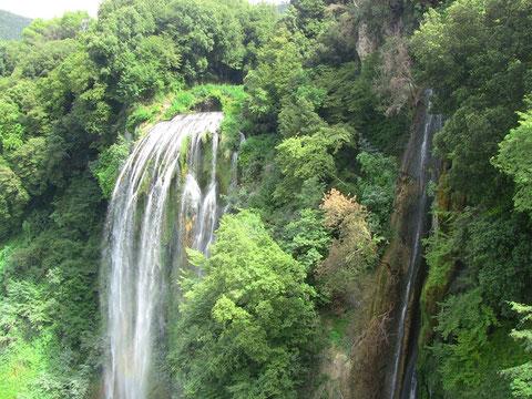 マルモレの滝は人工滝なんで、水門閉めてる時はこんな感じ。かなり水量少なくなる。