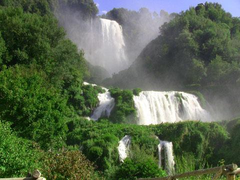マルモレの滝は、下からのビューポイントが壮観!