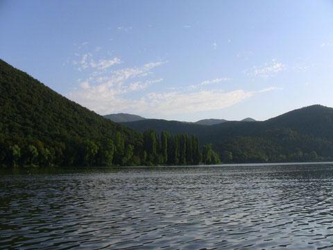 静かな湖畔の〜
