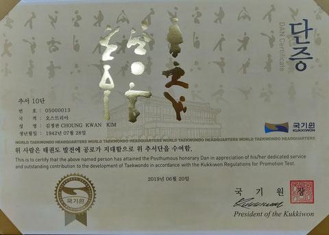 GM. Choung-Kwan Kim wurde postum der 10. DAN von Kukkiwon verliehen.