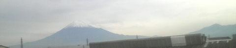 冠雪した富士山♬♬♫携帯で撮ったら工場の屋根が写り込んでしまった