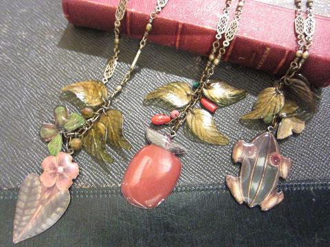 ネックレス 左から¥2415、¥2415、¥2730