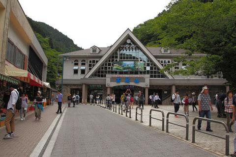高尾山のケーブルカー駅 到着が昼過ぎだったので思ったより人は少なかったが、この賑わい