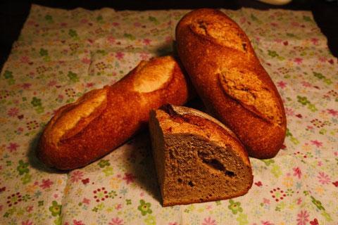 「充麦」の香り高いパン みんな、重い。特にライ麦パンはズッシリ。
