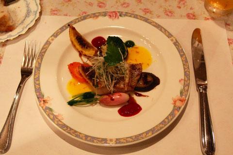 真鯛のムニエル ソースがサフラン フランボアーズ バルサミコ仕立てで色合いも綺麗でお魚の味も引き出している