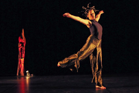 """""""die tankstelle"""" - 12.Kemptener Tanzherbst. Tanz: Astrid Tiedemann. Foto: Alfred Schulte"""