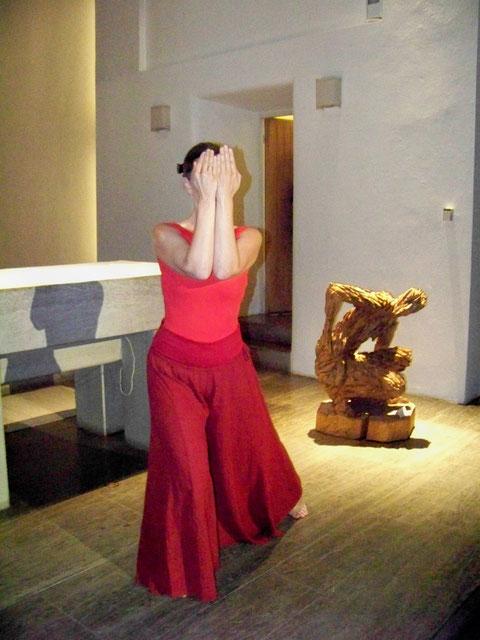 """""""menschenbilder"""" - Christuskirche Füssen 2011. Skulpturen: Andreas Kuhnlein. Tanz: Astrid Tiedemann und Chorami. Foto:"""