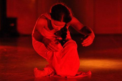 """""""tanz in rot"""" 10. Kemptener Tanzherbst. Tanz: Astrid Tiedemann. Foto: Barbara Ehlert"""