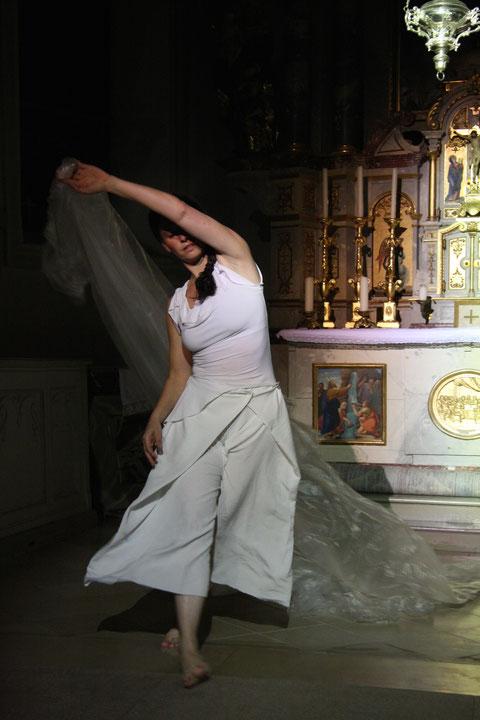 """himmelwärts"" - Benefizkonzert Kirche Schwarzenberg 2009. Tanz: Astrid Tiedemann. Foto:"