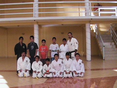 El prof. Ruben Luna con algunos alumnos del Dojo Ishikari Olivos Chimalhuacan Edo. de Mexico 30 de septiembre 2010