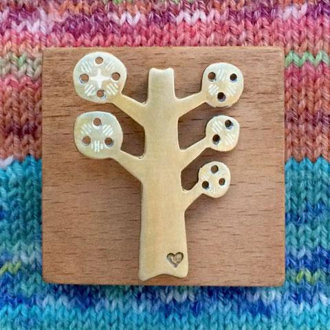 おおきな木ブローチ The Giving Tree Designdesign©︎おばけリンゴ/Obake-Ringo