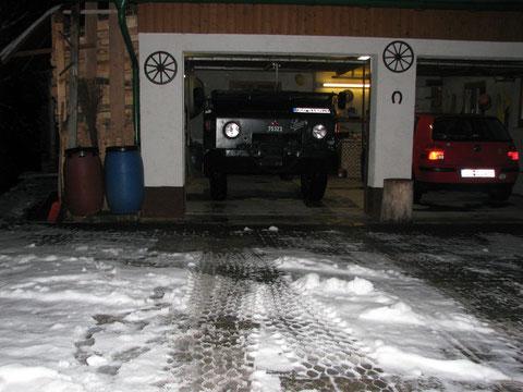 Parken in Garage nur abgeplant möglich  mit nach vorne abgeklappter Windschutzscheibe- beim alten Verdeck war der Stoff vorne noch gut - Rest einfach abgeschnitten - Bügel dran - und gespannt zur  Frontscheibe - dann okay
