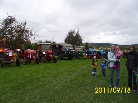 in Fischingen auf dem Sportplatz zwischen Traktoren